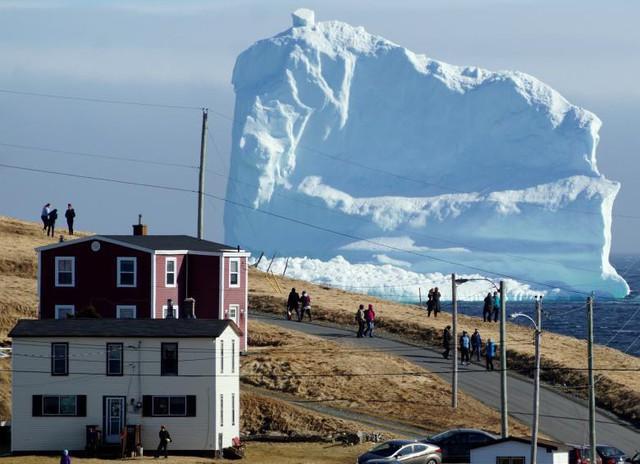 Người dân đang chiêm ngưỡng những tảng băng trôi đầu tiên khi chúng di chuyển về bờ biển phía nam, gần Ferryland Newfoundland, Canada, ngày 16 tháng 4.