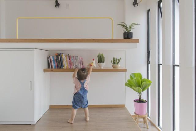 Tủ đồ được đặt ở một góc giữa sàn ngủ - chơi và giường tầng. Tông màu trắng của tủ đồ khiến cho không gian khá gọn gàng.