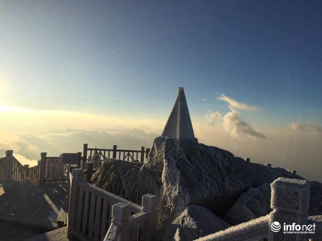 Nhiệt độ xuống âm 7 độ C, đỉnh Fansipan phủ trắng băng tuyết - Ảnh 6.