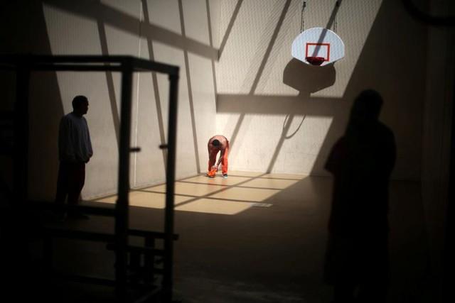 Những người bị tạm giam đang tập thể dục trong khu giải trí tại trung tâm giam giữ nhập cư Adelanto do công ty Geo Group (thành phố Adelanto, bang California) điều hành. Ảnh được chụp vào ngày 13 tháng 4.