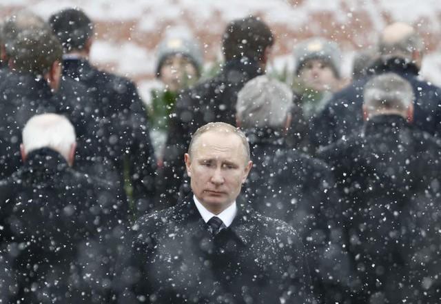 Tổng thống Nga Vladimir Putin tham dự buổi lễ đặt vòng hoa, đánh dấu Ngày Hiến pháp của Tổ quốc ở Lăng mộ chiến sĩ vô danh tại bức tường Kremlin - trung tâm Mátxcơva vào ngày 23 tháng 2