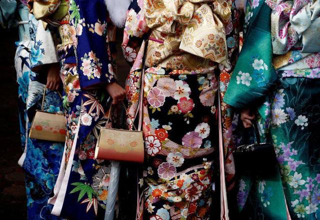 Phụ nữ Nhật mặc kimono tham dự Ngày Lễ Thành Nhân tại một công viên giải trí ở Tokyo, ngày 9 tháng 1.