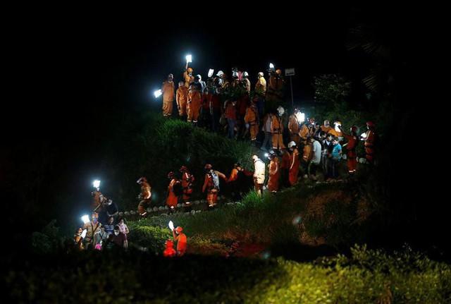 Các thành viên cứu nạn đang di chuyển khi chôn cất một người bạn đồng nghiệp hi sinh sau trận ngập lụt và lở đất tại Mocao, Colombia, ngày 4 tháng 4.