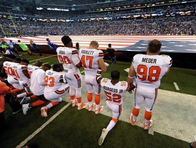 Một số thành viên của nhóm Cleveland Browns quỳ gối, số khác đang đứng trong ngày lễ Quốc khánh trước khi bắt đầu trận đấu với Indianapolis Colts tại thành phố Indianapolis (Mỹ) vào ngày 24 tháng 9.