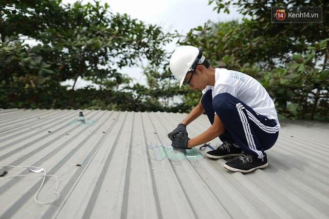 Việc phải leo lên mái nhà để thi công khiến không ít người lo ngại, tuy nhiên các em đều thực hiện rất chuyên nghiệp.