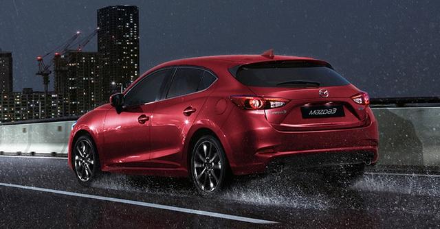 Trong khi đó, thiết kế đuôi xe của Mazda3 2017 gần như không có gì thay đổi so với trước. Riêng Mazda3 Hatchback 2017 được bổ sung cản va mới, cụm đèn sương mù sau và đèn phản quang mới.