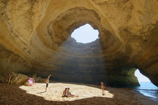 Vòng tròn ánh sáng. Bức ảnh được chụp ở ngoài khơi bờ biển của Lagoa, Bồ Đào Nha, bên trong một hang động độc đáo có tên Algar de Benagil.(Nguồn: NatGeo)
