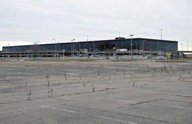 Sân vận động World Cup, Brazil: 3 tỷ USD 12 sân vận động được xây phục vụ giải bóng đá World Cup 2014 tiêu tốn của Brazil tới 3 tỷ USD và gần như bỏ không sau khi kết thúc giải đấu. Một số sân vận động được chuyển đổi mục đích sử dụng, ví dụ Estádio Nacional tại thủ đô Brasília được dùng làm bãi đỗ xe bus.       Tân thủ đô Naypyidaw, Myanmar: 5 tỷ USD Tân thủ đô Naypyidaw được xây dựng trong 10 năm và hoàn thành vào năm 2012 với tổng chi phí 5 tỷ USD. Tại đây có những đại lộ lớn với loạt biệt thự và công trình công cộng hoành tráng, thậm chí có cả một công viên safari. Tuy nhiên, điều duy nhất thành phố này thiếu là cư dân. Theo số liệu chính thức thì cư dân ở đây là 1 triệu người, nhưng con số thực tế gần như bằng không.       Sân vận động Olympics, Hy Lạp: 9 tỷ USD Các công trình thể thao phục vụ Thế vận hội Olympic 2004 tiêu tốn của Hy Lạp 7 tỷ USD (tương đương 9 tỷ USD hiện nay) và góp phần kéo sụp cả nền kinh tế mà hiện nay vẫn chìm trong khủng hoảng của nước này. Tới nay, hầu như tất cả các công trình này đều bị bỏ không, trong khi kinh tế Hy Lạp vẫn đứng bên bờ vực phá sản.