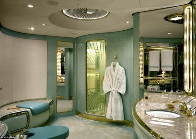 """Còn phòng tắm ư? Thiết kế trang nhã như trong khách sạn cao cấp chính là nơi Jackie Chan nghỉ ngơi và """"tút tát"""" lại diện mạo trước khi bước xuống phi trường đúng chuẩn một siêu sao."""