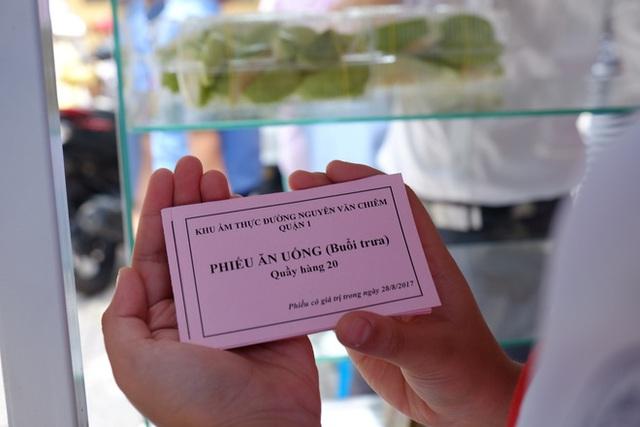 Đồ ăn ngoài trả tiền trực tiếp còn bán theo hình thức mua phiếu.