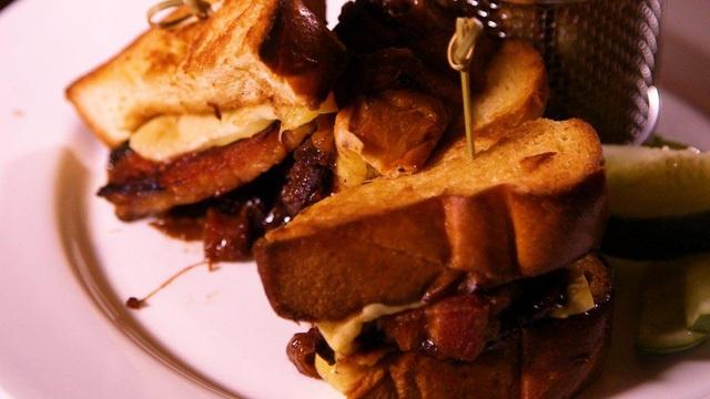 Nghe thì có vẻ quen thuộc nhưng nó chắc chắn không phải món bánh mì nướng mà bạn hay ăn đâu. Món ăn này có kèm pho mát Scharfe Maxx và LEtivaz, thịt xông khói được chế biến tại nhà đã được nướng chậm trong 18 giờ, vỏ nấm cục đen và mù tạt quả vả.