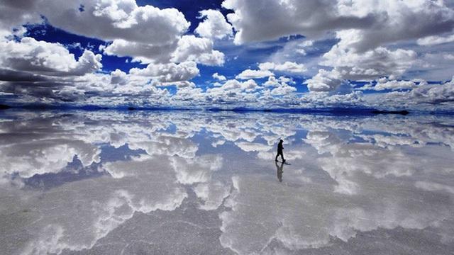 Người ta thường nói nếu muốn tìm đường chân trời thì hãy đến cánh đồng muối Salar de Uyuni ở Bolivia bởi tại đây khoảng cách giữa trời và đất dường như đã bị xóa nhòa.