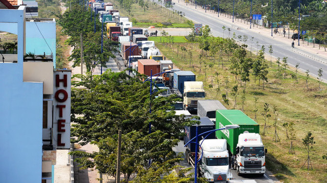Nhiều Cảng đang trong tình trạng ách tắc nặng dẫn đến chi phí cho sản xuất, mua bán tăng lên. Ảnh: Container xếp hàng dài trên đường vào Cảng Cát Lái.