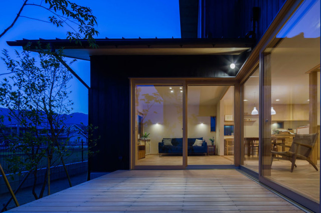 Cũng nhờ thiết kế đặc biệt này mà ngồi bên trong nhà chủ nhà cũng có thể cảm nhận được từng sự thay đổi nhỏ của thời tiết bên ngoài.