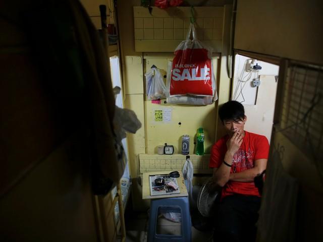 Dân số trẻ của Hong Kong cũng đang gặp tình trạng như bao người khác. Có thể sau này, họ sẽ thăng quan, tiến chức trong công việc, nhưng hiện tại, hàng ngàn công nhân trẻ coi những nơi siêu chật và siêu bé này là ngôi nhà đầu tiên của mình.