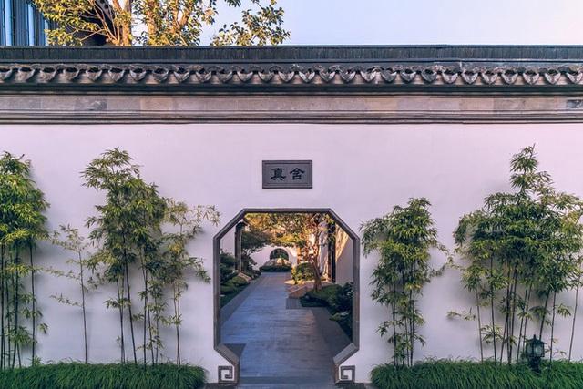 Khuôn viên của biệt viện được thiết kế theo đúng nguyên bản của cung điện thời xưa với tường bao, cây trúc xanh và lối vào. Trên mỗi lối dẫn vào khu vực sinh sống có gắn biển khu vực để phân biệt dành cho những khách tới thăm tránh tình trạng lạc đường do không gian quá rộng lớn.
