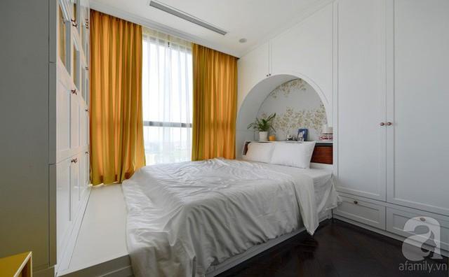 Phòng ngủ chính của vợ chồng chị Thu với tông màu trắng như màu của toàn bộ căn hộ. Trong căn phòng này, giường ngủ được đưa lên hệ kệ cao nhằm tạo sự riêng biệt và có thêm ngăn chứa đồ.