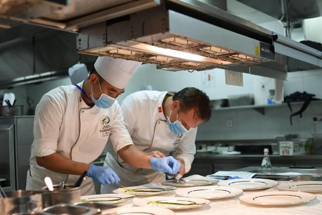 Bếp trưởng tài hoa Didier Jacob của khu nghỉ dưỡng sẽ phụ trách khâu trang trí cho từng món ăn.