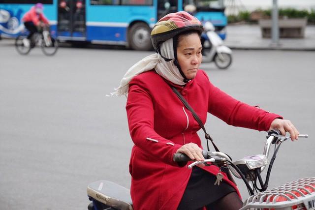 Chùm ảnh: Người Hà Nội co ro xuống phố trong cái lạnh kỷ lục từ đầu mùa - Ảnh 7.