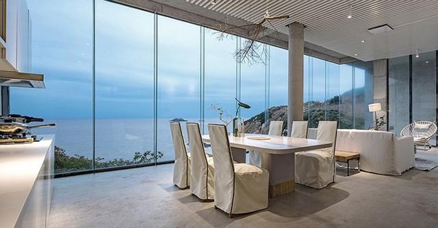 Phòng khách và phòng ăn có tầm nhìn ngoạn mục.