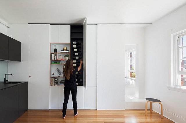 Một phần không gian nhỏ bên giữa tủ cặp vợ chồng đã chọn là nơi lưu trữ những chai rượu vang quý của mình.