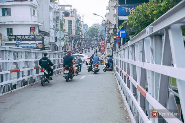 Vụ nghịch lý 2 cây cầu song song ở Sài Gòn: Đã lắp dải phân cách dưới chân cầu Trần Khánh Dư để chống kẹt xe - Ảnh 7.