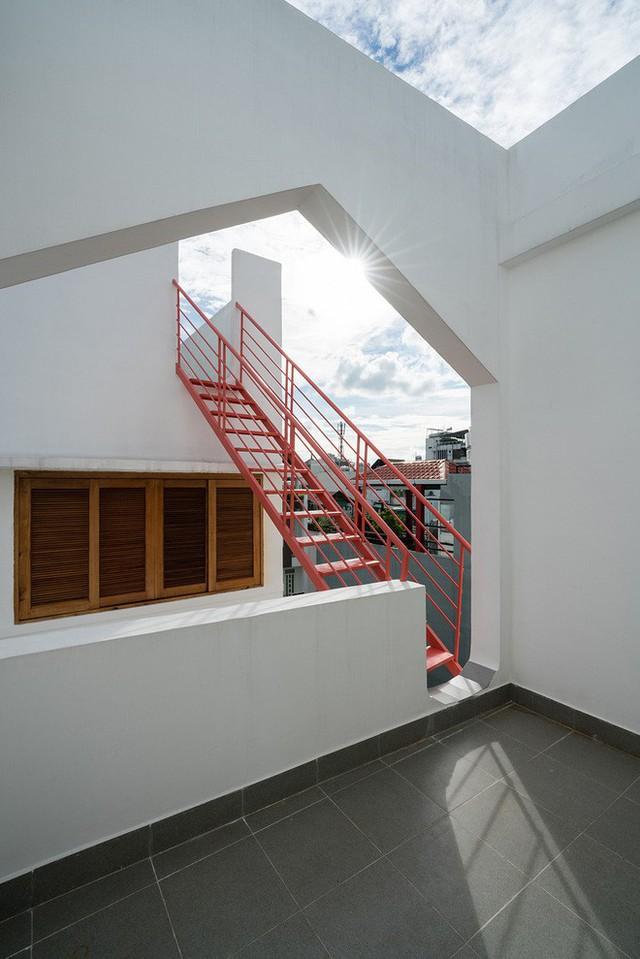 Chiếc cầu thang nối liền khoảng cách giữa khối nhà trước - sau