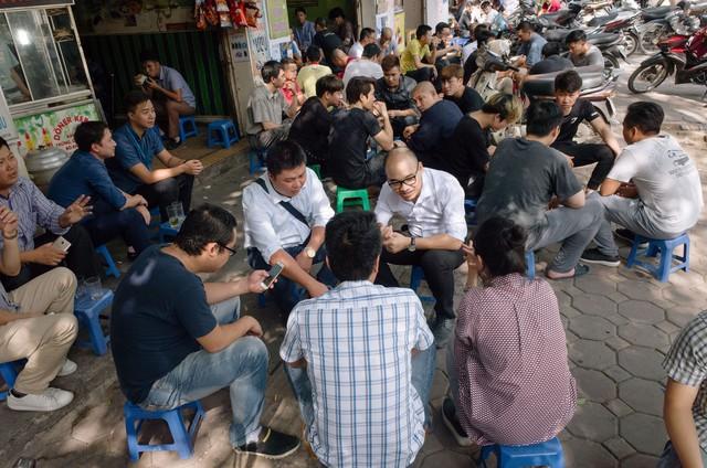 Cứ trưa đến cả dãy phố lại nhộn nhịp khi dân công sở kéo nhau đi uống trà đá.