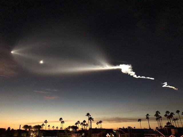 Tên lửa Falcon 9 của Elon Musk bay ngang qua bầu trời, dân tình hoảng loạn tưởng là UFO - Ảnh 7.