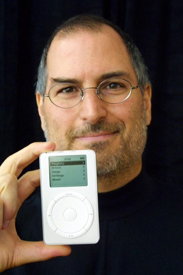 Không chỉ thành công trong lĩnh vực sản xuất máy tính, Táo khuyết còn mạnh dạn lấn sân sang thị trường thiết bị kỹ thuật số khi trình làng chiếc iPod đời đầu có khả năng lưu trữ tới 1.000 bài hát. Ảnh: Reuters.