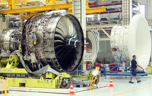 Do động cơ quá lớn, bên trong nhà máy có những thiết bị chuyên dụng để đảm bảo việc lắp ráp diễn ra thuận lợi cũng như di chuyển động cơ một cách dễ dàng. Ảnh: Getty
