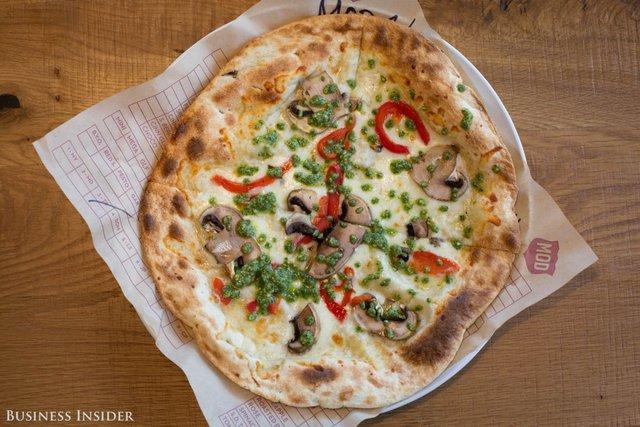 Crosby, 1 chiếc phân phốih pizza theo mùa luôn nằm trong top mặt hàng phân phối chạy nhất có xúc xích nhẹ, măng tây rang và 1 loại thịt hun khói, đã trở thành 1 món ăn ưa thích của nhiều thực khách.