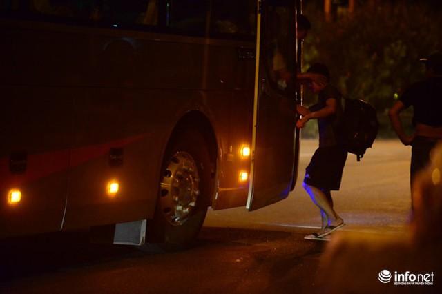 Hà Nội: Vạ vật đến nửa đêm vẫn không bắt nổi xe khách về quê nghỉ lễ 2/9 - Ảnh 8.