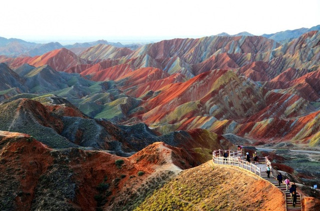 Vẻ đẹp quyến rũ của những triền núi bảy sắc cầu vồng ở Công viên Địa chất Zhangye Danxia, Trung Quốc.