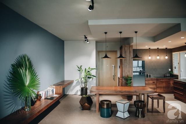 Phần tường bên cạnh không gian ăn uống được nhà thiết kế bố trí kệ đựng đồ để tăng thêm không gian lưu trữ, đồng thời giúp căn hộ thêm sinh động và bắt mắt.