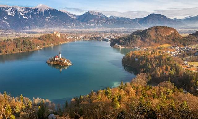 8. Hồ Bled, Slovenia: Mùa thu là thời gian thực sự đặc biệt để ghé thăm Lake Bled. Màu sắc mùa thu dữ dội của những ngọn đồi xung quanh được phản ánh trong hồ với hòn đảo nhà thờ huyền ảo của nó. Vào thời điểm này, trải nghiệm tuyệt vời nhất chính là đi bộ xung quanh hồ là tuyệt vời, tuyệt vời hơn nếu ngồi từ ngọn núi ở lâu đài Bled nhìn xuống quang cảnh phía dưới.