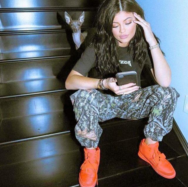 Kylie Jenner và phiên bản Nike Air Yeezy Red October đến từ SneakerDon