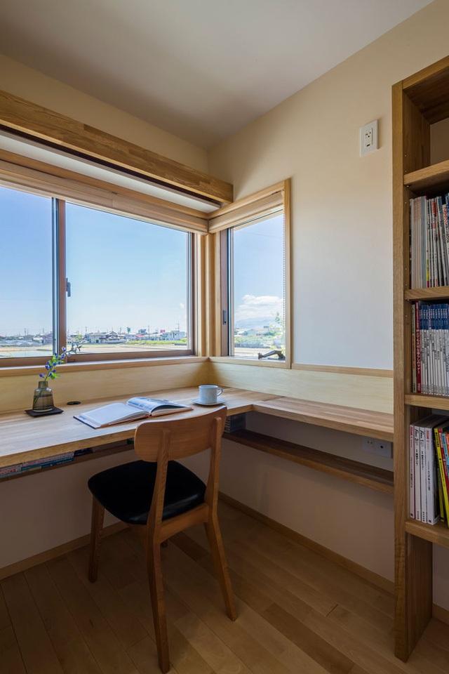 Không gian nghỉ ngơi và phòng làm việc của chủ nhà được đưa lên tầng 2 yên tĩnh và thoáng mát. Nơi đây cũng được thiết kế với rất nhiều cửa kính để đón nắng gió vào nhà.