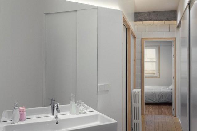Phòng vệ sinh được phân tách riêng biệt với các khu vực còn lại. Không gian với màu trắng tinh khôi, tiết chế nội thất trong căn phòng nhỏ để mọi người tiện lợi hơn khi thiết kế và sử dụng.