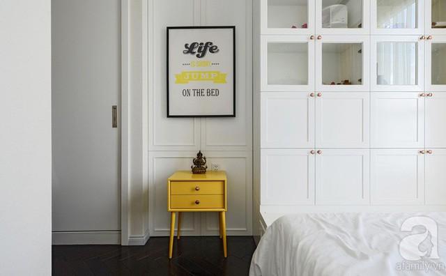 Những hệ kệ âm tường thiết kế khéo léo giúp căn phòng tuy nhỏ nhưng có kho đồ siêu rộng.