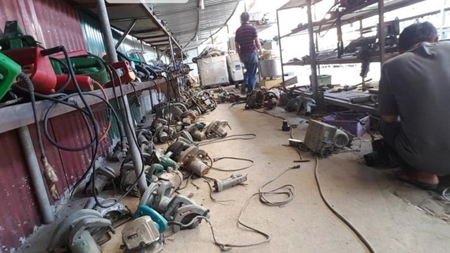 Rất nhiều các loại máy cắt, máy khoan xuất xứ từ Nhật Bản được bày bán. Ảnh: PV.