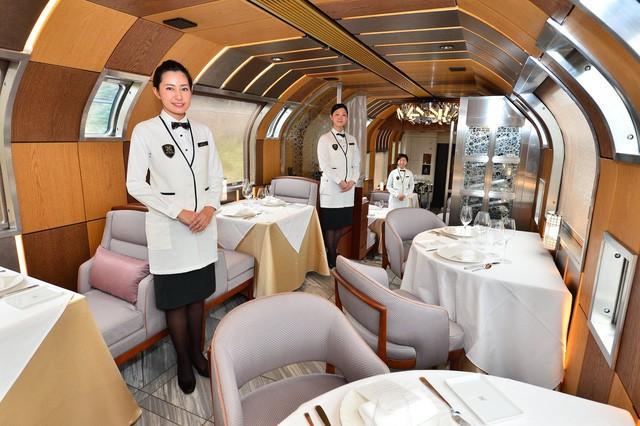 Phòng ăn sang trọng trên tàu.