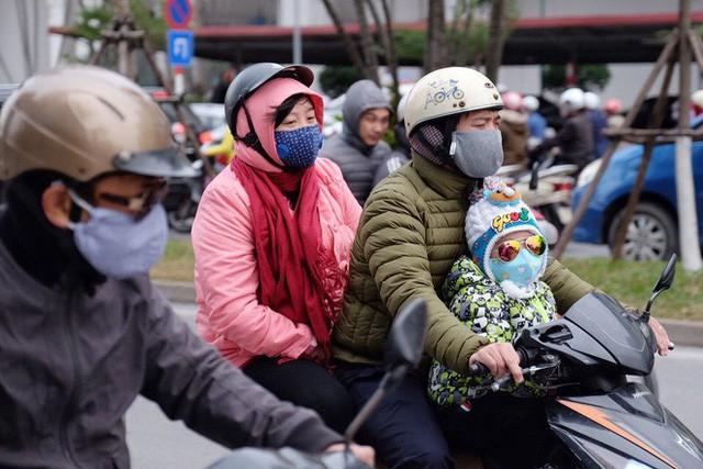 Chùm ảnh: Người Hà Nội co ro xuống phố trong cái lạnh kỷ lục từ đầu mùa - Ảnh 8.