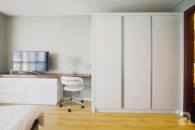Tủ đựng đồ được thiết kế đơn giản cùng màu với màu nền giúp căn phòng thêm gọn gàng.