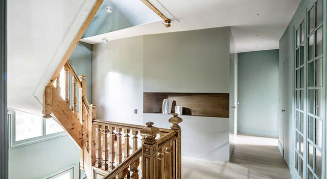 Bên trong các căn phòng là sắc trắng tinh khôi nhưng thật kỳ diệu, đi dạo ngoài hành lang, ngắm nhìn phòng từ bên ngoài, bạn sẽ bị ấn tượng với sắc xanh ngọc bích nhàn nhạt điểm tô. Ngôi nhà hiện lên chẳng khác gì chốn thần tiên, ảo diệu đến lạ kỳ.