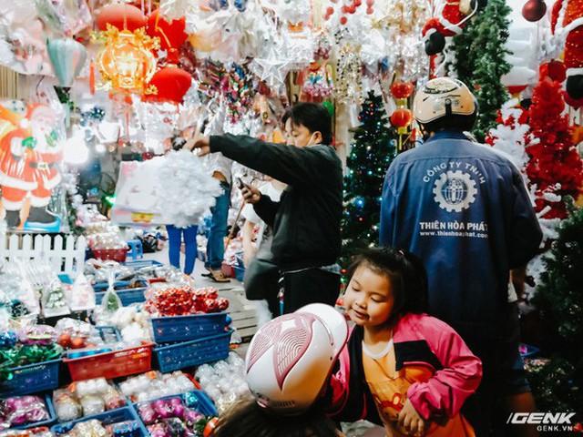 Đời sống qua lăng kính smartphone (Kỳ 1): Người dân Sài Gòn nô nức trang trí phố xá đón Noel đến gần - Ảnh 8.