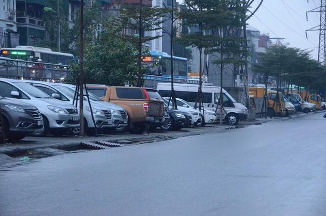 """Phí trông giữ xe ô tô ở Hà Nội lên đến 4 triệu đồng/ tháng, nhiều người phải lao đao """"méo mặt"""" đi tìm chỗ gửi xa nhà - Ảnh 7."""