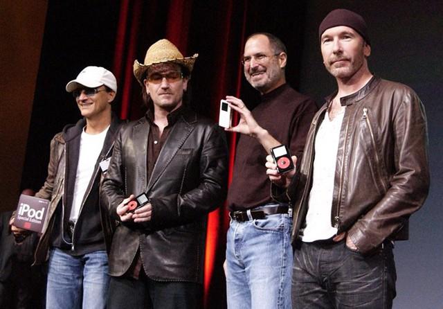 Năm 2003, đế chế âm nhạc của Apple thực sự chiếm lĩnh làng công nghệ khi Apple mở cửa iTunes. Các nghệ sĩ nổi tiếng bắt đầu hợp tác nhiều hơn với Apple, tiêu biểu là U2 hay John Mayer. Hệ điều hành Windows của Microsoft chính thức tiếp nhận một đối thủ đáng gờm kể từ đây. Ảnh: Getty Images.
