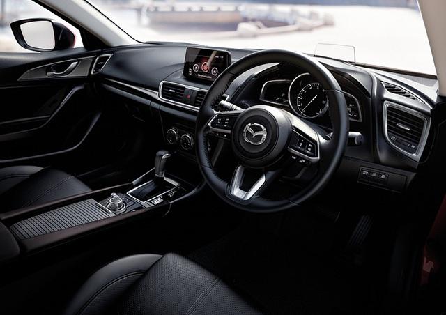 Bên trong Mazda3 2017 xuất hiện vô lăng đa chức năng tái thiết kế, gần giống hệt loại trên CX-9 thế hệ mới. Thêm nữa là phanh đỗ điện tử thay thế cho loại phanh tay trên phiên bản cũ.