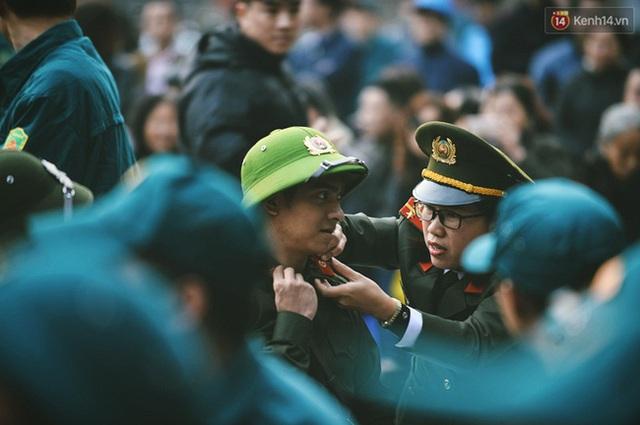 Cán bộ của CA Hà Nội đang gài cầu vai cho tân binh nhập ngũ thuộc lực lượng công an.